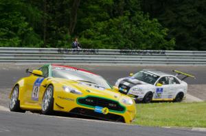 49 : Dr. Andreas Bänziger ; Aston Martin Vantage V8 : 56ème au général, vainqueur de classe
