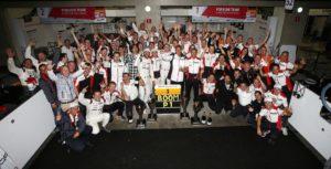 01-Photo de groupe avec Neel Jani, 2e en commencant par la droite au premier rang@Photo Porsche