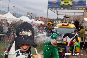 """Pendant que le vainqueur se fait généreusement arroser par son rival, son copilote court lui chercher de la """"munition"""" - Rallye Gier 2017 - Carron Ballinari - photo Sébastien Montagny"""
