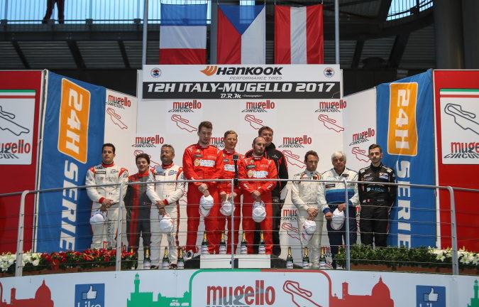 Giorgio Maggi sur le podium des 12h Mugello, Hofor Racing remporte la classe A6 am