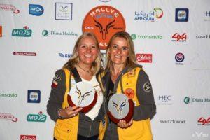 02-Veronique Siffert (a g.) et Laurence Brasey sur la 2e marche du podium@Photo Rallye Aicha des Gazelles