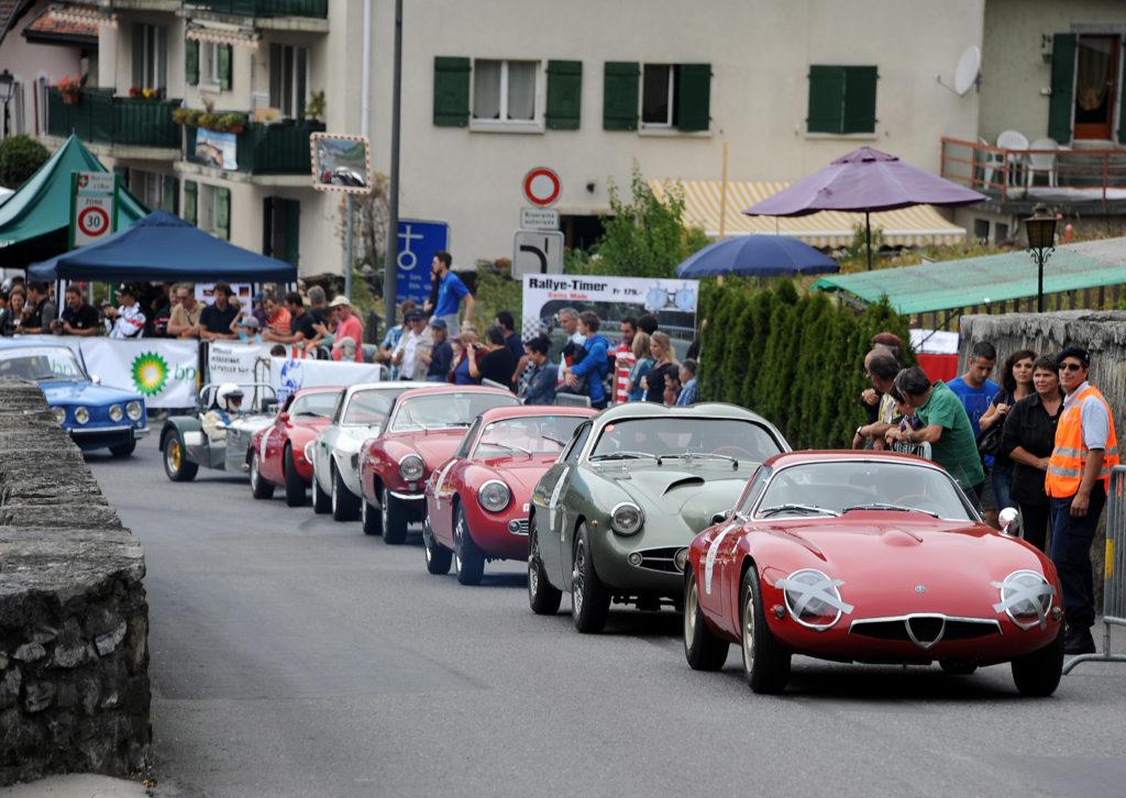 Un peloton d'Alfa Romeo (dont la Tubolare Zagato 1964 de Willy Spavetti en tete) devant une Lotus Seven et une Renault 8 Gordini attendent de prendre le depart de la retrospective historique de la course de cote Ollon-Villars le samedi 14 septembre 2013.